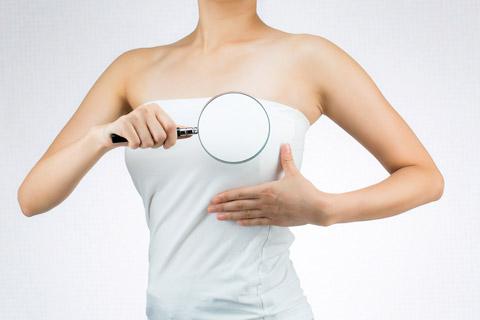 乳房を持ち上げてバストアップするマッサージ法