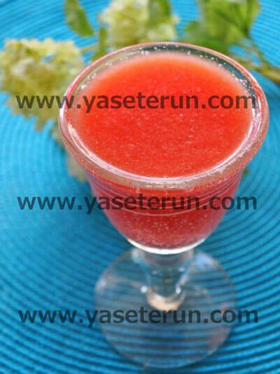トマトをベースとした赤色のスムージー