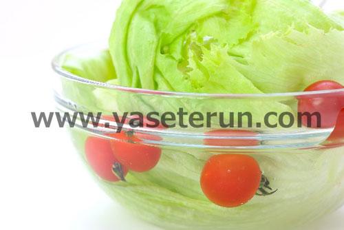 ガラスボールに入った水切り前のレタスとプチトマト