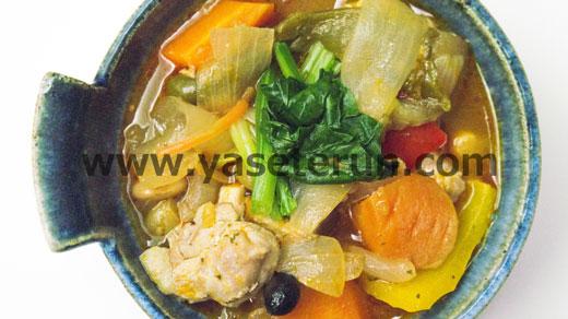 かぼちゃをメインとする10種類の具材が入った野菜スープ