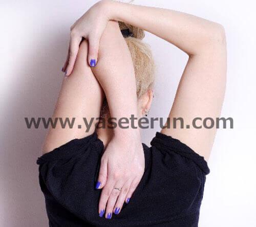 肘をつかみながら脇部分をストレッチ