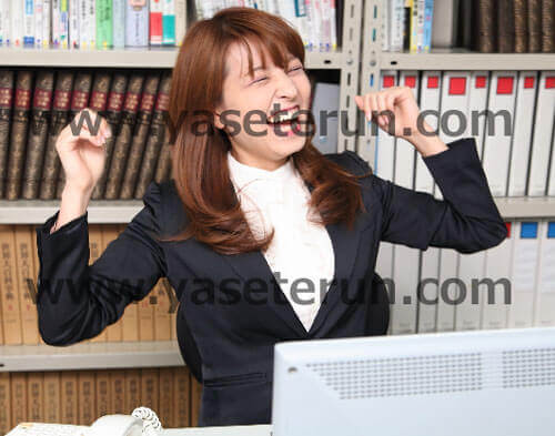 仕事が終わった!と喜ぶ女子社員の歓喜の笑顔