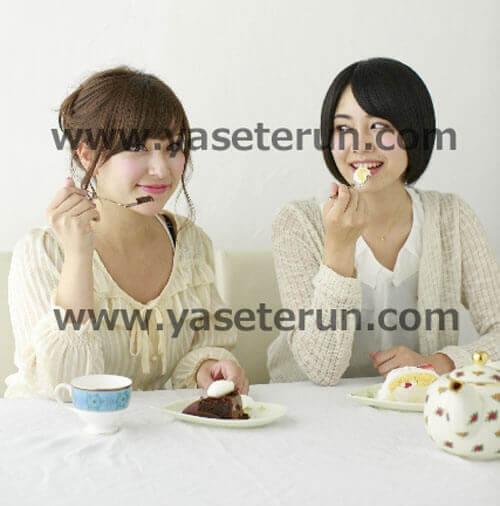 ケーキを食べながらティータイムしながら談笑する女子会