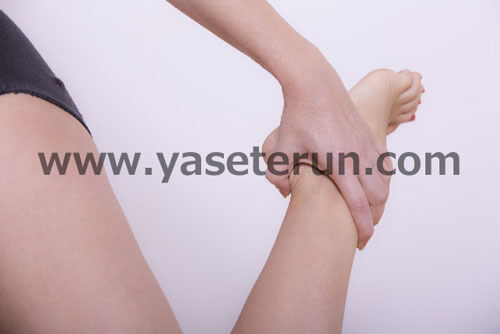 左の片足を持ち上げストレッチ運動