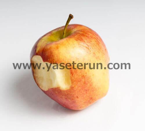 皮ごと丸かじりされたりんご