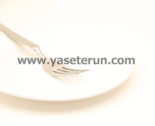レストランのディナー前の白い皿とフォーク
