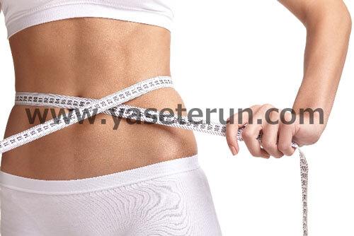 お腹周りを計測する40代女性