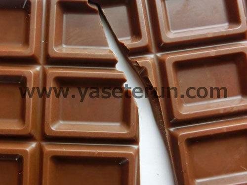 板状のミルクチョコレートが割れている