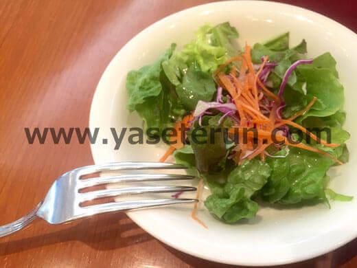色合いが良い緑黄色サラダは食べ頃