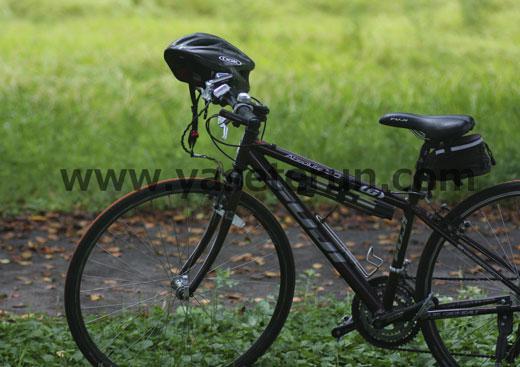 サイクリング中の休憩時のマウンテンバイク