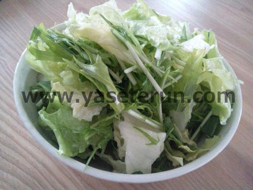 シーザードレッシングをかけた野菜サラダ
