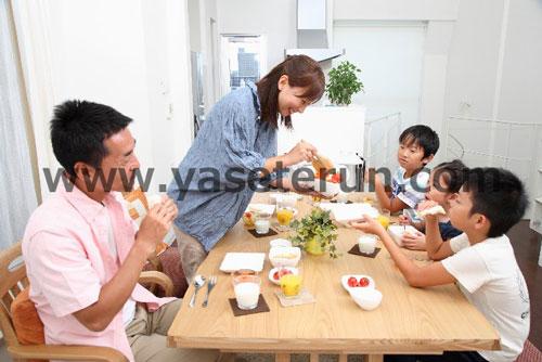 子供3人と仲良くお食事しながら家族団欒
