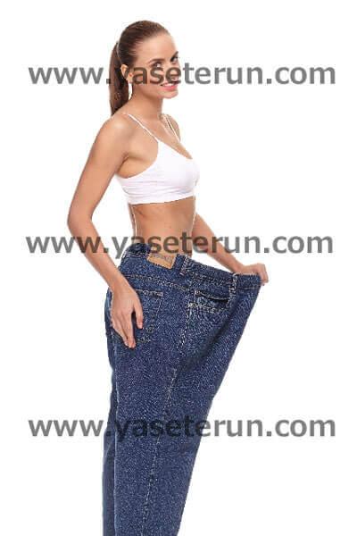 ズボンが大きすぎて入らなくなったと苦笑する女性