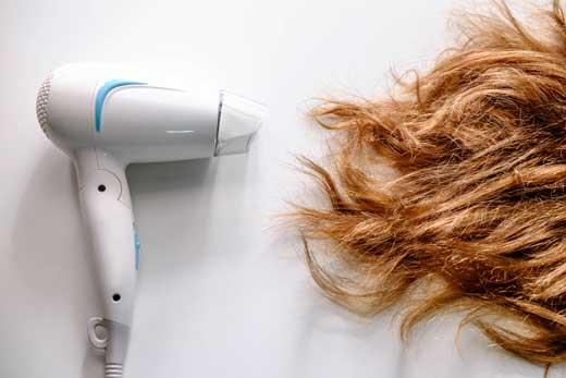 頭皮や髪の毛を傷めないように正しいドライヤーの使い方を覚える