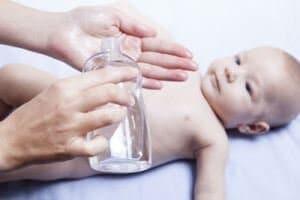 生まれたての赤ちゃん肌に欠かすことのできないベビーオイルの使い道とは