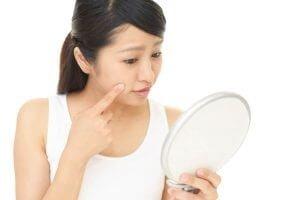 女性の悩みに一番に挙げられる顔のシミや黒ずみは嫌なものですよね