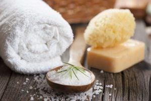 お塩の効果で毛穴汚れや肌の角質なども取り除ける