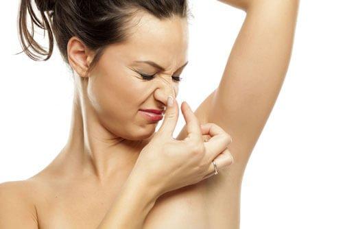 脇汗や脇臭に悩む女性