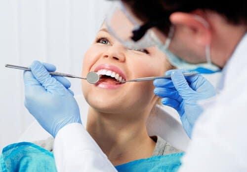 歯を守るブラッシングによるプラークの除去と手術による歯周病の改善そしてホワイトニング剤の併用